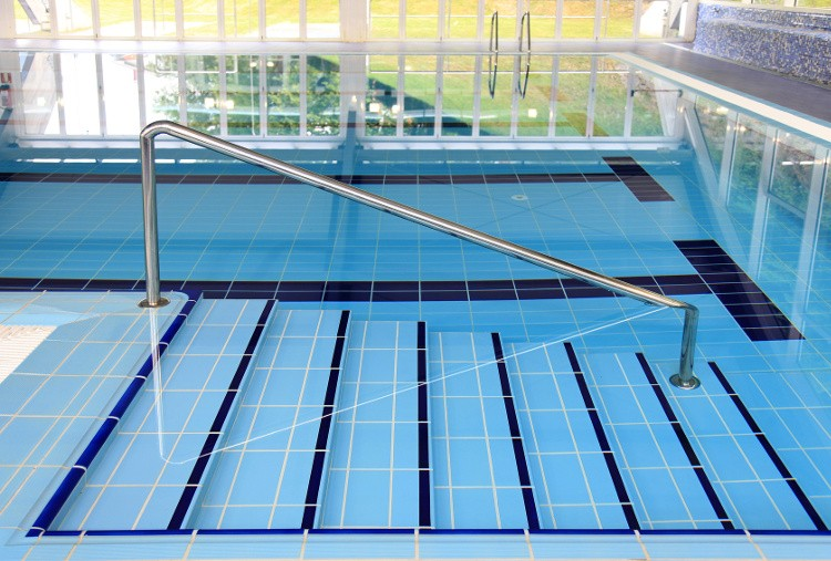 escalier piscine design