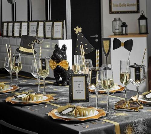 Table à décoration noire et dorée