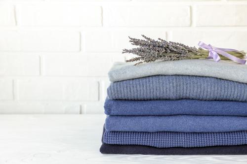 Bouquet de lavande sur une pile de vêtements