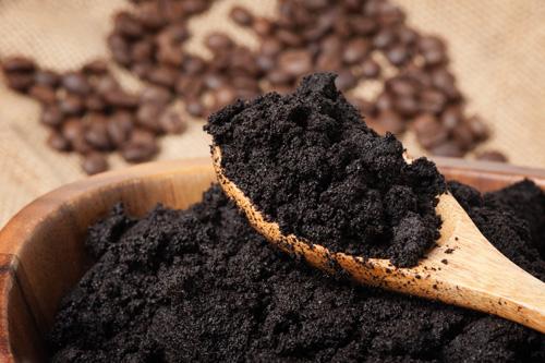 Marc de café dans une cuillère en bois