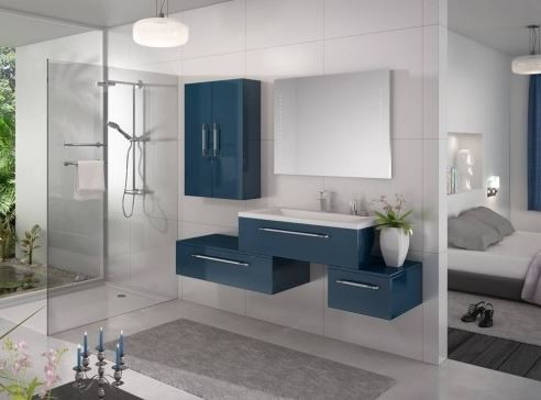 une salle de bain bleue du carrelage aux meubles. Black Bedroom Furniture Sets. Home Design Ideas