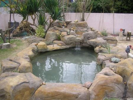 Chantier d 39 am nagement d 39 un bassin de jardin habitatpresto for Local technique piscine faux rocher