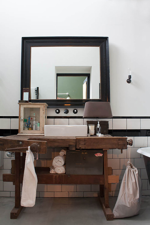 Salle de bains avec meuble ancien