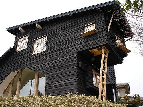 Façade de maison en bois brûlé
