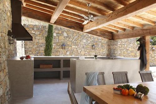 Terrasse en béton avec cuisine extérieure