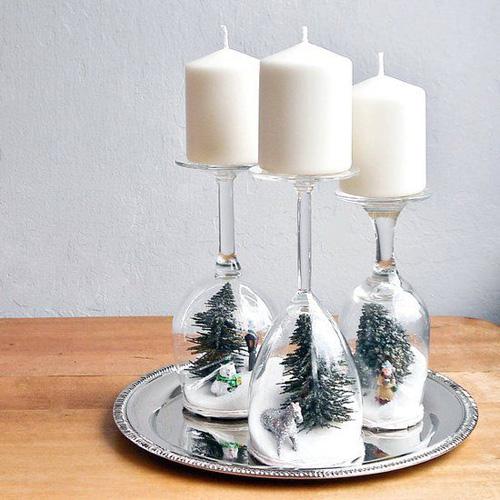 Bougies blanches sur verres à pied retournés