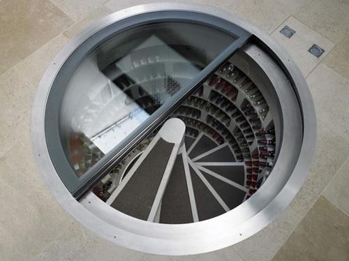 Cave à vin dans le sous sol avec trappe vitrée