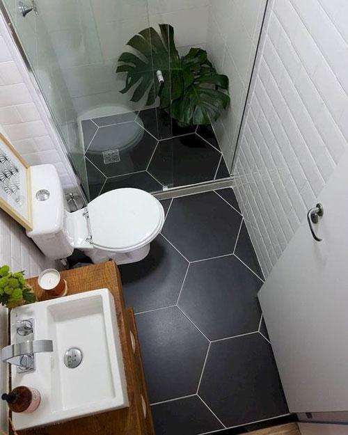 Agrandir une petite salle de bains grâce au carrelage mural