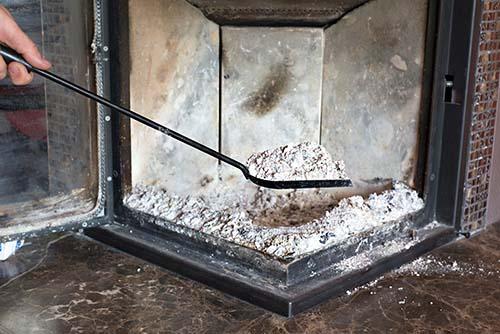 Ramassez les cendres de la cheminée dans un contenant métallique