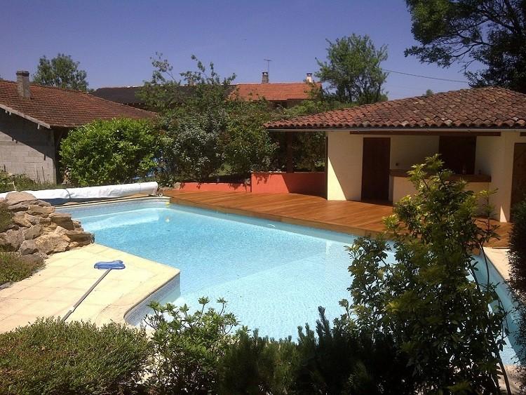 Une terrasse en bois autour de la piscine habitatpresto - Plage de piscine en carrelage ...