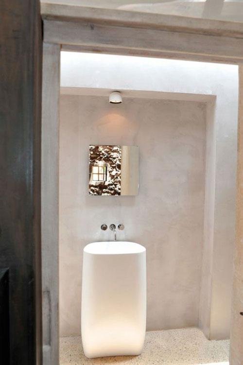 Merveilleux Une Salle De Bain épurée Avec Un Enduit Décoratif à La Chaux