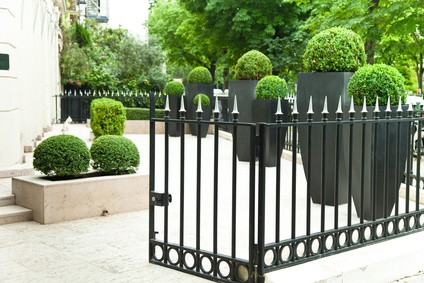 cl ture de jardin en acier ou fer forg habitatpresto. Black Bedroom Furniture Sets. Home Design Ideas
