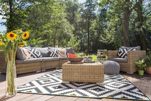 r nover sa terrasse 6 astuces rapides pour un petit. Black Bedroom Furniture Sets. Home Design Ideas