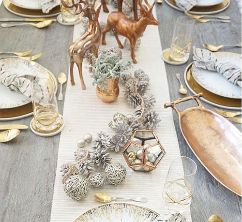 Table avec éléments en cuivre