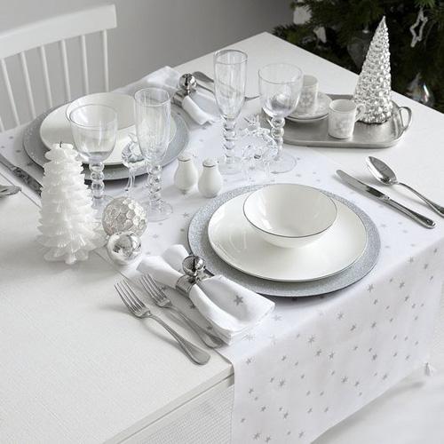 Assiettes blanches et argent