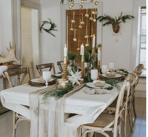 Table de Noel avec branches de sapin