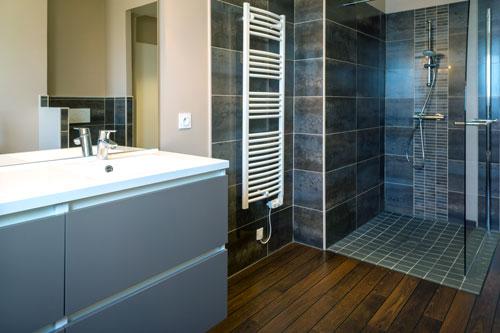 Une douche à l'italienne dans salle de bains