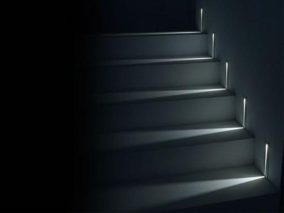 clairer un escalier avec des led 5 id es faciles et tendance habitatpresto. Black Bedroom Furniture Sets. Home Design Ideas