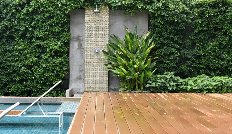 Douche d'extérieur et brumisateur pour piscine : tout savoir
