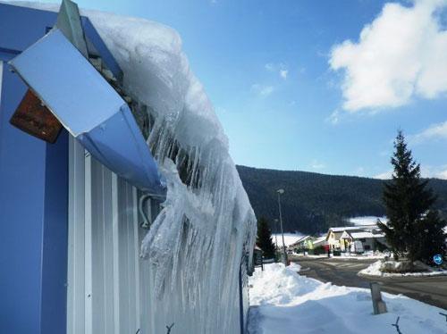 Gouttière détruite par la neige et la glace
