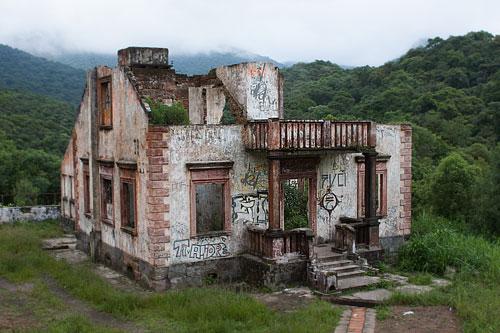 Comment rénover une maison en ruine ? 8 étapes indispensables