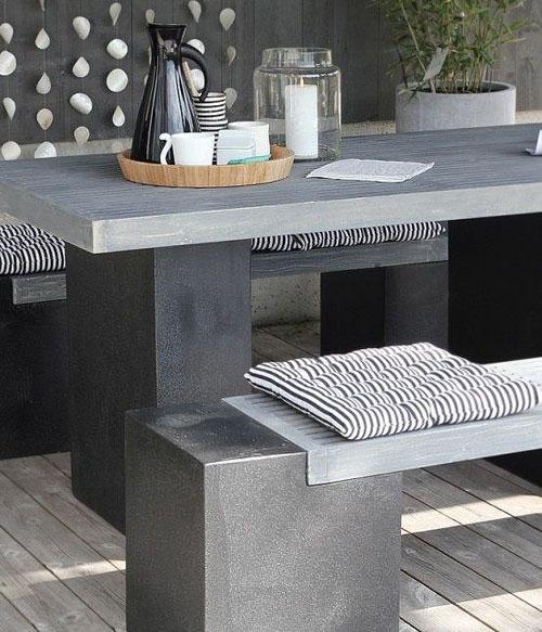 Table et chaises grises