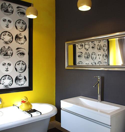 Salle de bains avec mur jaune