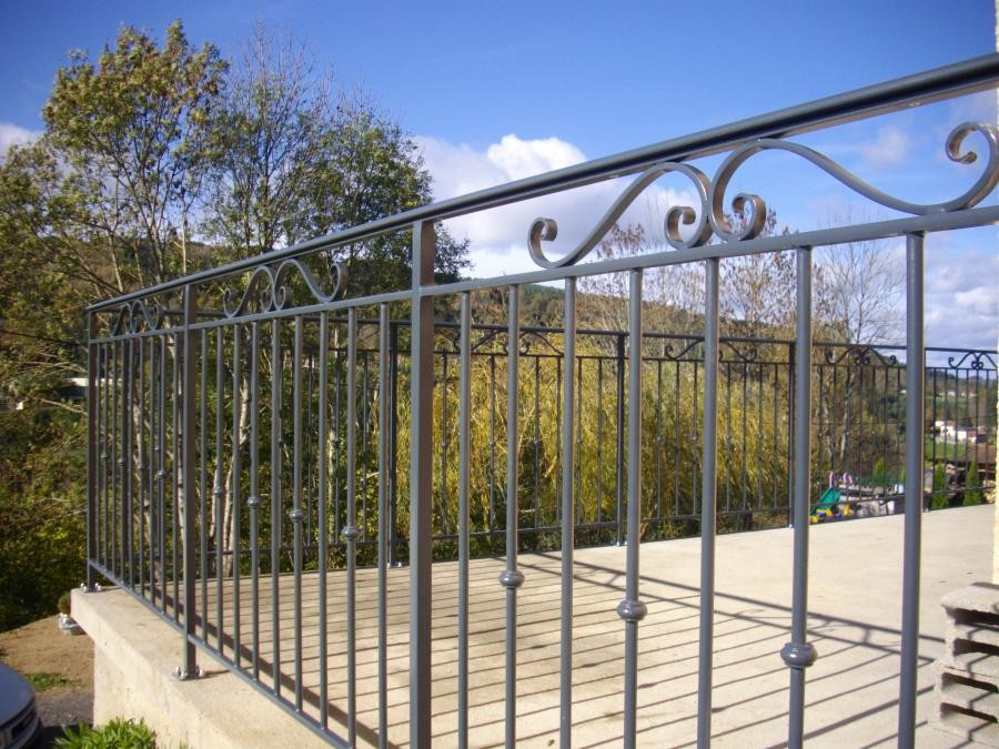 Comment bien choisir son garde corps habitatpresto for Barriere metallique exterieur