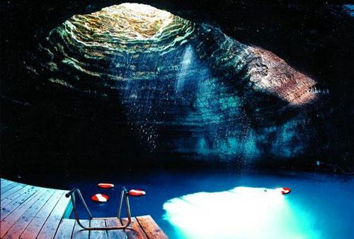 piscine_insolite_grotte2