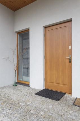 alu, bois, vitrée, pvc : comment choisir ma porte d'entrée ... - Comment Renover Une Porte D Entree En Bois