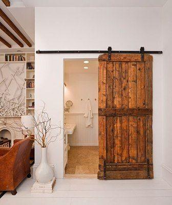 Porte coulissante pour fermer une salle de bains