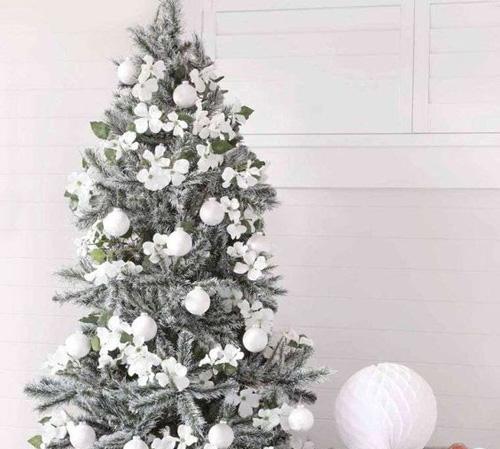 Sapin décoré en blanc