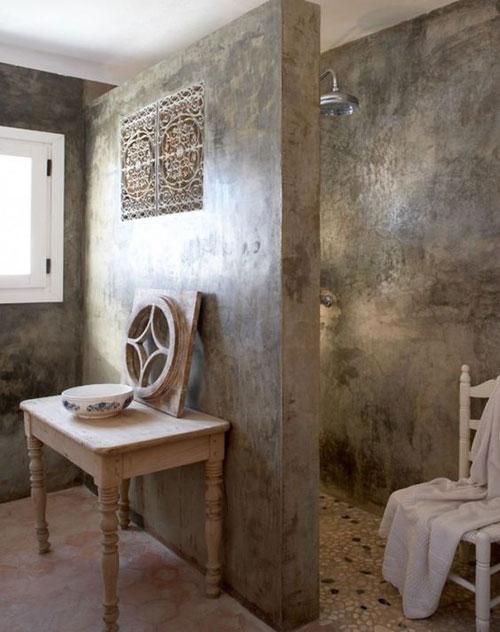 enduit mural salle de bain Un look ancien irrésistible pour cette salle de bain enduite de stucco