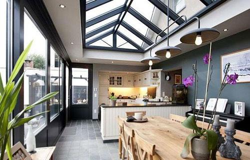 Une verrière de toit dans la cuisine