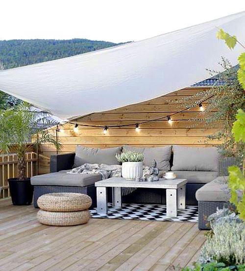 Voile d'ombrage au-dessus d'un salon de jardin