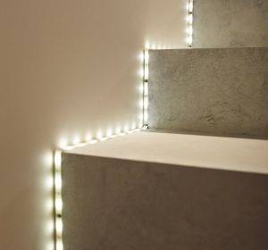 clairer un escalier avec des led 5 id es faciles et. Black Bedroom Furniture Sets. Home Design Ideas