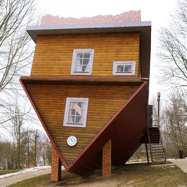 maison en bois upside down