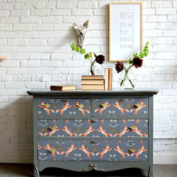 Relooker ses meubles avec du papier peint : 6 idées déco originales