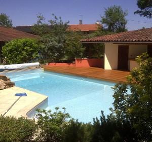Une terrasse en bois autour de la piscine ! | Habitatpresto