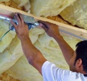 Plafond comment poser du lambris pvc habitatpresto for Isoler un plafond du bruit